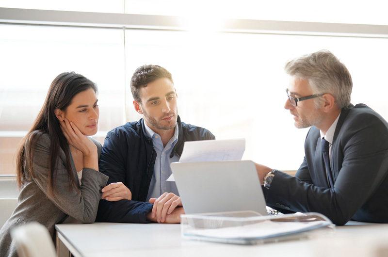 Advisor explaining 3d risk profile